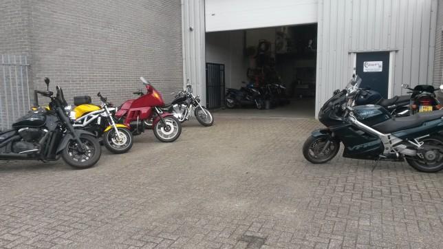Ingang van Ad van Gils Motors is verplaatst naar de werkplaats.